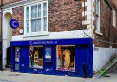 Kankeronderzoek Britse liefdadigheidswinkel in Chester royalty-vrije stock foto's