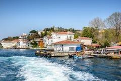 Kanlica和coastine庄园码头位于在Bosphorus 免版税库存照片