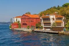 Kanlica Istanbul - Häuser auf dem Ufer Stockbild