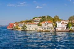 Kanlica Istanbul - sikt från Bosphorusen Arkivfoto
