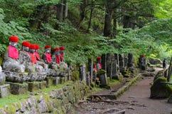 Kanmangafuchi lapida le statue nell'area di Nikko, Giappone di Buddha Immagine Stock