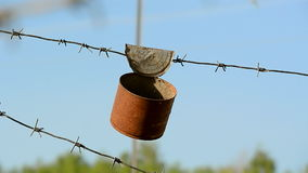 Kann rostiges Zinnmetall der Weinlese auf dem Draht, stock footage