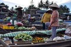 Bootsverkäufer an Dose Tho sich hin- und herbewegendem Markt, der Mekong-Dreieck, Vietnam Stockfotos
