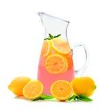 Kanna av rosa lemonad med mintkaramellen som isoleras på vit arkivfoto