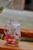 Kanna av vatten och frukt royaltyfria bilder