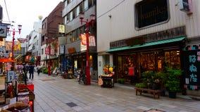 Kannon dori robi zakupy targową ulicę Łomotać i pamiątkarski kupienie w Asakusa obrazy royalty free