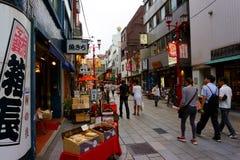 Kannon dori robi zakupy targową ulicę Łomotać i pamiątkarski kupienie w Asakusa obraz royalty free