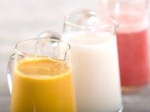 Kannor av smoothies för ny frukt Arkivbilder
