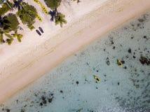 Kano en kajaks in Polynesia Cook Island tropische paradijs luchtmening Royalty-vrije Stock Afbeeldingen