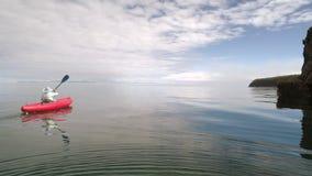 Kano in het meer Toeristencanoeing op de Baai Luchthommelschot stock footage