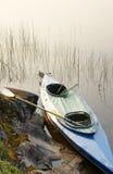 Kano met roeispaan en vissen-uitrusting in Wildernis Royalty-vrije Stock Foto
