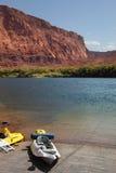 Kano op de kusten van rivier. Royalty-vrije Stock Foto