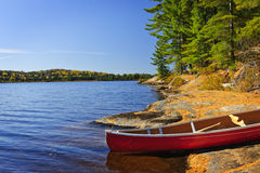 Kano op kust stock afbeeldingen