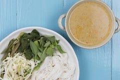 Kanom jeen le ya de nam : Nouilles de riz en sauce à cari de poissons Photos libres de droits