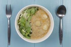 Kanom jeen le ya de nam : Nouilles de riz en sauce à cari de poissons Photo libre de droits