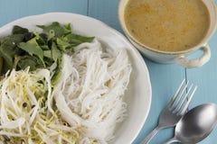 Kanom jeen le ya de nam : Nouilles de riz en sauce à cari de poissons Images libres de droits