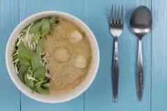 Kanom jeen le ya de nam : Nouilles de riz en sauce à cari de poissons Photo stock