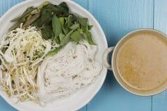 Kanom jeen le ya de nam : Nouilles de riz en sauce à cari de poissons Photographie stock