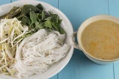 Kanom jeen le ya de nam : Nouilles de riz en sauce à cari de poissons Photos stock
