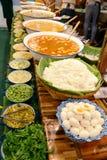 Kanom jeen nam ya,面条用鱼咖喱汁,泰国街道食物 免版税库存照片