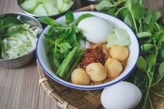 Kanom Jeen, Tajlandzcy ryżowi wermiszel słuzyć z currym, Tajlandzki jedzenie, Tajlandzka kuchnia, Zdjęcie Royalty Free