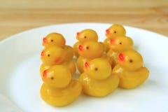 Kanom-olhar-Choup, doces dados forma do maçapão do bebê dos feijões de Mung patos tradicionais tailandeses servidos na placa bran Imagens de Stock Royalty Free