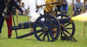Kanon dat in brand wordt gestoken Stock Foto's