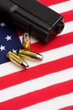 Kanon en kogels op vlag Stock Fotografie