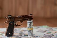 Kanon en Stapel van Geld dat op hryvnia op een houten lijst ligt Druggebruik, misdaad, verslaving en het concept van het substant royalty-vrije stock foto's