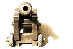 Kanon in geïsoleerde sepia stock afbeelding