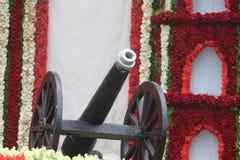 kanon med färgrik bakgrund i utställning Royaltyfri Bild