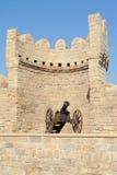 Kanon op de borstweringen van de oude stad van Baku stock afbeelding