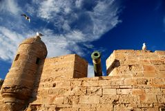 Kanon op Essaouira-borstwering. Marokko Stock Foto