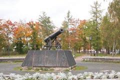 Kanon op voetstuk in Petrozavodsk, Rusland royalty-vrije stock afbeeldingen
