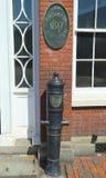 Kanon som framtill tas från britten av den Portsmouth athenaeumen på marknadsfyrkanten i Portsmouth, New Hampshire Arkivfoto
