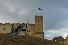 Kanon tegen middeleeuws kasteel in Rakvere, Estland stock foto