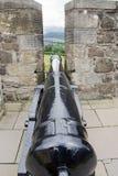 Kanon tussen kantelen van kasteel Stock Afbeeldingen