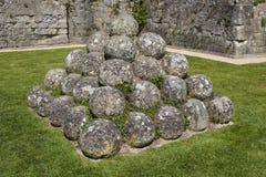 Kanonbollar på den Pevensey slotten i östliga Sussex arkivbild