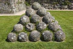 Kanonbollar på den Pevensey slotten i östliga Sussex arkivfoton