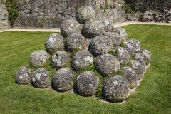 Kanonbollar på den Pevensey slotten i östliga Sussex royaltyfri foto