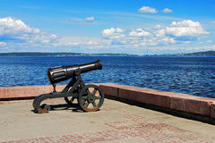 Kanone auf Damm von See Onega in Petrozavodsk Lizenzfreie Stockfotografie