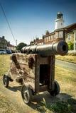 Kanone auf Grün vor Southwold-Leuchtturm im Suffolk stockfotografie