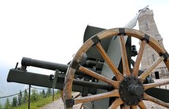Kanone des ersten Weltkriegs und des Ossuarymonuments zu totem s Lizenzfreies Stockbild