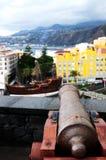 Kanone, die auf Boot zeigt Lizenzfreie Stockbilder