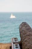 Kanone, die ein Schiff anvisiert Stockbild