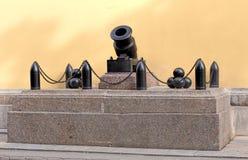 Kanone am Eingang des Admiralitäts-Gebäudes Lizenzfreies Stockfoto