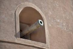 Kanone im Nakhal Schloss nahe Muskatellertraube, Oman stockfotografie