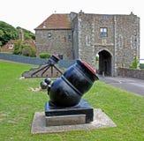 Kanone mit Canon-Bällen bei Dover Castle, Kent, England Stockfoto