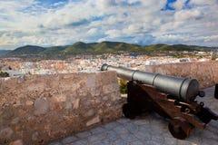 Kanone und Panorama von Ibiza, Spanien stockfotos