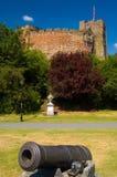 Kanone und Schloss Stockfoto
